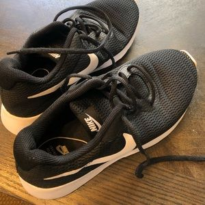 Black nike women's shoe